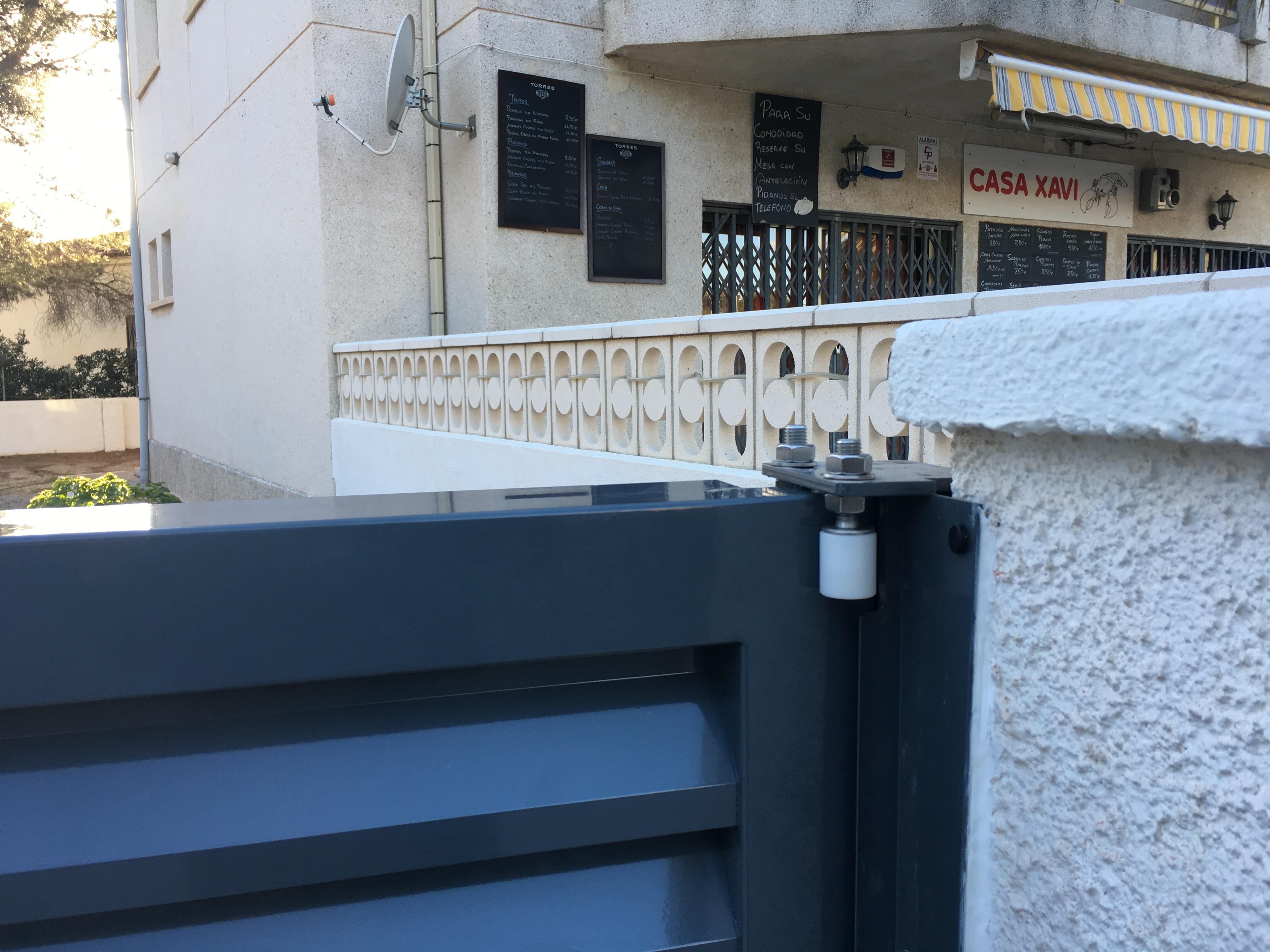 Cancelas y vallas soldadas en aluminio alusir 2007 sl - Cierre puerta corredera ...