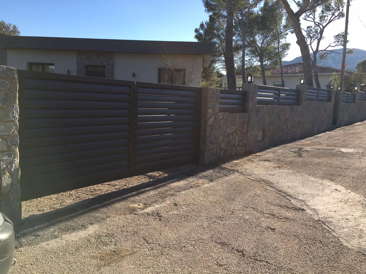 Puertas y vallas de aluminio soldado y lacado alusir for Vallas de aluminio para jardin
