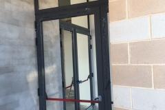 Proceso de instalación. Puerta entrada de rotura de puente termico y cerradura antipanico. Vidrios 4+4/20/4+4