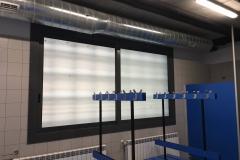 Corredera aluminio con rotura de puente termico, vidrio 3+3/16/3+3mate. Cerradura multipunto y manetas acodadas. Vestuarios.