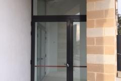 Puerta entrada de rotura de puente termico y cerradura antipanico. Vidrios 4+4/20/4+4