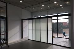 Fijo superior de vidrio 6+6, puertas correderas aluminio vidrio 3+3mate con guia tipo klen. Recepcion poli miami abierto