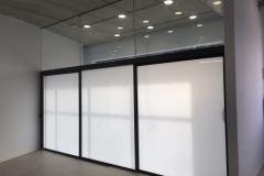 Fijo superior de vidrio 6+6, puertas correderas aluminio vidrio 3+3mate con guia tipo klen. Recepcion poli miami cerrado