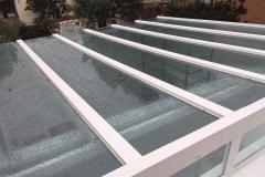 Techo de aluminio y vidrio lloviendo