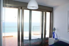 Colocación de ventana corredera elevable en color inox con cajon de persiana compacto y motor en Miami Platja