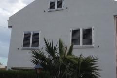 Fabricación e instalación de mallorquina con lamas regulables en color plata anodizado en L'Ampolla