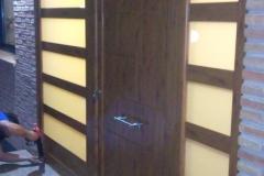 Fabricación e instalación de puerta de entrada lacado imitación madera en Les Borges del Camp