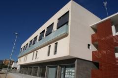 Montaje y fabricación de ventana de aluminio lacada color ral 7016 con barandilla de vidrio mate en ctra de Mora, de L'Hospitalet de l'Infant
