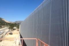 Recubrimiento de fachada con chapa onda microperforada en Pádel 9 de L'Hospitalet de l'Infant